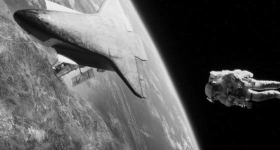 Een astronaut en een Space Shuttle in een baan rondom de aarde